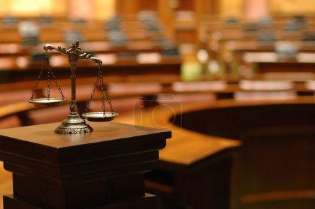 Photo pour Symbole du droit et de la justice dans la salle d'audience vide, concept de droit et de justice. - image libre de droit