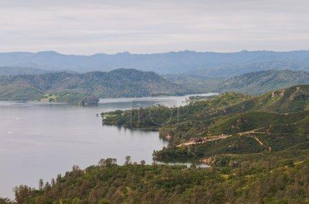 Photo pour Littoral rugueux du lac nacimiento, Californie - image libre de droit