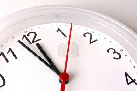 Horloge visage montrant près de 12 heures