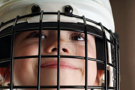 Photo pour Jeune garçon au casque de hockey isolé sur fond blanc pur - image libre de droit