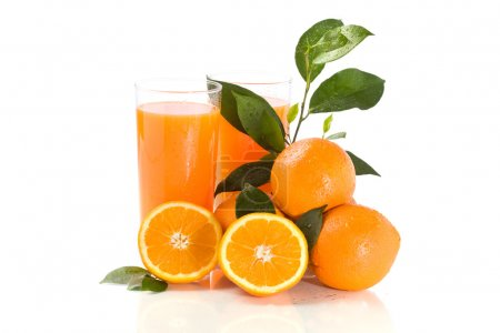Photo pour Photo de jus d'orange avec des gouttes d'eau et de feuilles vertes - image libre de droit