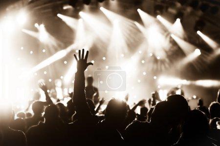 Photo pour Foule applaudir à un concert de musique live - image libre de droit
