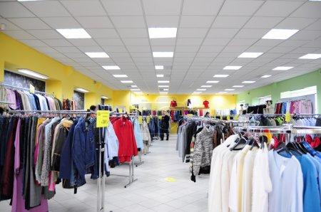Photo pour Intérieur du magasin pour vêtements avec cintres - image libre de droit