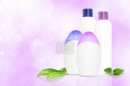 Photo pour Ensemble de quatre bouteilles vierges en bleu et violet pour la comédie sur fond violet avec copyspace - image libre de droit
