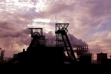 Photo pour Usine de mine et fumée des cheminées - image libre de droit