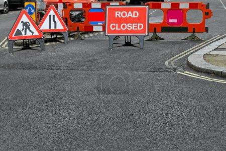 Foto de Camino cerrado signo y límite en construcción - Imagen libre de derechos