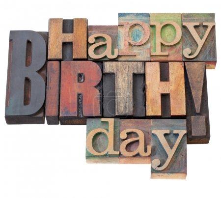 Photo pour Joyeux anniversaire en blocs d'impression de typographie en bois antique, isolés sur blanc - image libre de droit