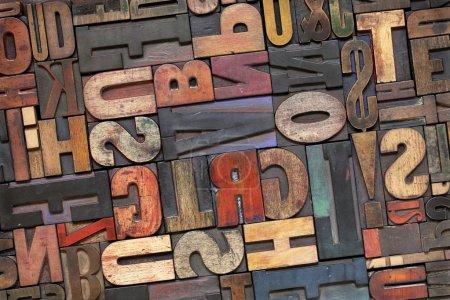 Photo pour Blocs d'impression de typographie antiques avec patine à encre couleur, collection aléatoire de différentes tailles et styles - image libre de droit