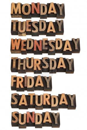 Photo pour 7 jours par semaine du lundi au dimanche en blocs d'impression typographiques vintage en bois, isolés sur blanc - image libre de droit
