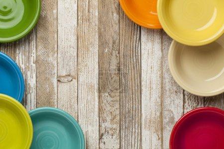 Photo pour Copier l'espace sur une table en bois peint blanc grunge entouré de bols en céramique couleur - image libre de droit
