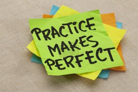 Photo pour La pratique rend parfait - un slogan de motivation sur une note verte trapue - image libre de droit
