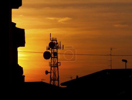 Foto de Silueta de antena de comunicación grande en un atardecer woderful naranja - Imagen libre de derechos