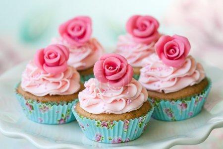 Photo pour Gâteaux décorés avec des roses de sucre - image libre de droit
