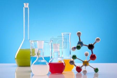 Photo pour Équipement chimique simple, flacons, fluides colorés ! - image libre de droit
