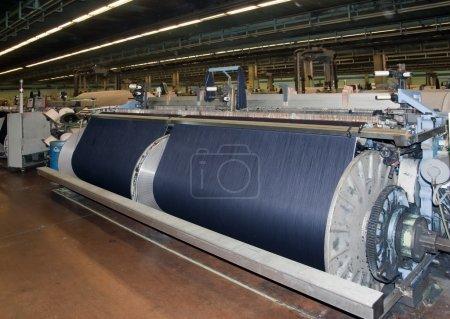 Photo pour Industrie textile (denim) - tissage - image libre de droit