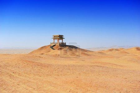Photo pour Bâtiments chinois traditionnels et classiques dans le désert - image libre de droit