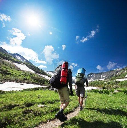 Photo pour Randonneurs en montagne - image libre de droit