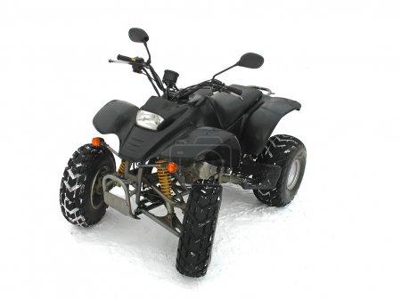 Photo pour ATV noir véhicule tout-terrain sur fond de blanc neige - image libre de droit