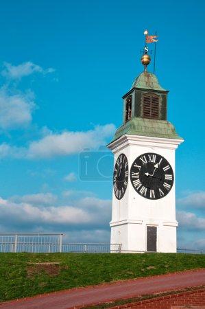 Photo pour Tour de l'horloge Big petrovaradin sur la rive droite du Danube à novi sad, Serbie - image libre de droit