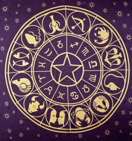Photo pour Roue des signes du zodiaque imprimé sur textile - image libre de droit