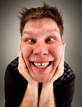 Photo pour Portrait d'un homme bizarre fou faisant des visages - image libre de droit