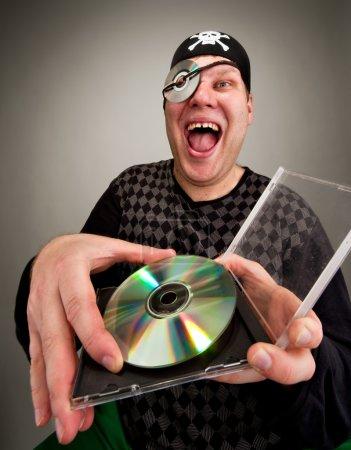 Photo pour Portrait de rire pirate d'informations avec le disque de l'ordinateur - image libre de droit