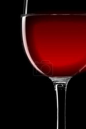 Photo pour Gros plan du verre à vin rouge isolé sur noir - image libre de droit