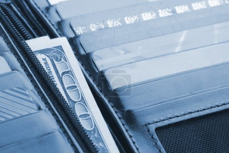 Photo pour Portefeuille en cuir noir avec cartes de crédit et argent. Toné en bleu - image libre de droit