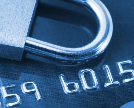 Photo pour Vue rapprochée de la carte bancaire et du cadenas. Toné en bleu - image libre de droit