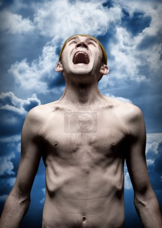 Photo pour Portrait de l'homme désespéré qui crie contre le ciel dramatique - image libre de droit