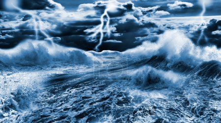 Foto de Mar tormentoso oscuro con cielo dramático y relámpagos - Imagen libre de derechos