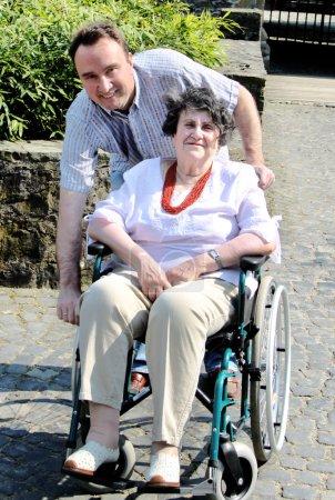 Senior femme en fauteuil roulant