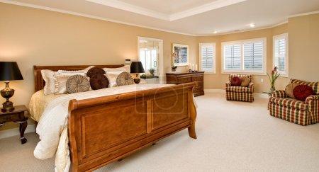 Photo pour Grande chambre spacieuse avec coin fenêtre, mobilier moderne , - image libre de droit