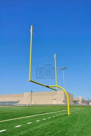 Photo pour Jaune poteaux de but sur le terrain de football américain - image libre de droit