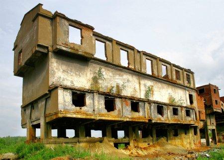 Photo pour Un bâtiment abandonné dans un désert mine - image libre de droit