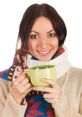Photo pour Jeune belle femme en écharpe chaude avec une tasse de thé - image libre de droit