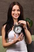 Krásná žena drží historických hodin