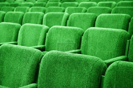 Photo pour Photo de gros plan des chaises dans la salle de cinéma vide - image libre de droit