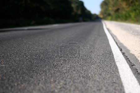 Photo pour Route asphaltée, prise de vue avec faible profondeur de champ - image libre de droit
