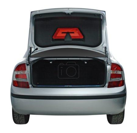Photo pour Vue arrière d'une voiture avec coffre ouvert - image libre de droit