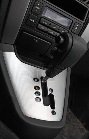 Photo pour Poignée de changement de vitesse automatique gros plan - image libre de droit