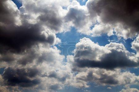 Photo pour Ciel couvert de nuages de pluie sombres - image libre de droit