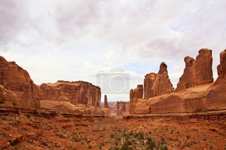 Photo pour Falaises de grès dramatique à arches national park, utah, usa - image libre de droit