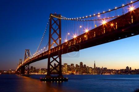 Foto de Puente horizonte y la bahía de San francisco en la puesta de sol, california, EEUU - Imagen libre de derechos