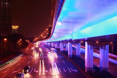 Photo pour Ville urbaine moderne la nuit avec circulation autoroutière - image libre de droit