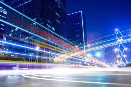 Photo pour Sentiers lumineux sur la rue moderne de la ville la nuit - image libre de droit