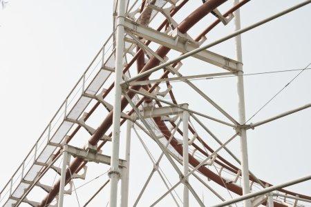 Photo pour La boucle supérieure d'une montagne russe inversée avec une piste blanche - image libre de droit