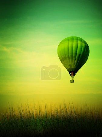 Photo pour Montgolfière volant au lever du soleil - image libre de droit