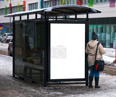 Photo pour Une image d'un arrêt de bus avec un bilboard vide pour votre publicité, située dans la ville suédoise d'helsingborg au milieu de l'hiver - image libre de droit