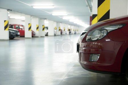 Photo pour Garage souterrain - parking dans un sous-sol de la maison - image libre de droit